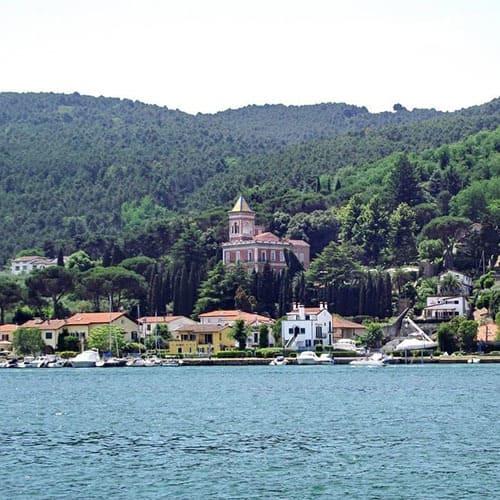 Bocca di Magra, frazione del Comune di Ameglia, é un vecchio borgo di pescatori, frequentato in passato da poeti. Il suo splendore é unico e gode di una vista mozzafiato sulle Alpi Appuane..