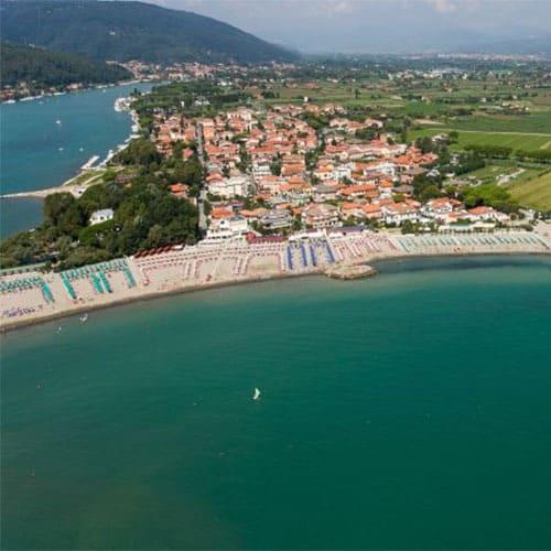 Fiumaretta, frazione del comune di Ameglia, anticamente era un piccolo paese di pescatori alla foce del fiume Magra oggi é conosciuta per le sue spiagge con vista sulle Alpi Appuane..